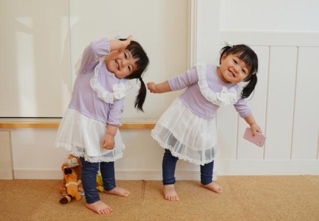 双子の女の子がダンスを踊る