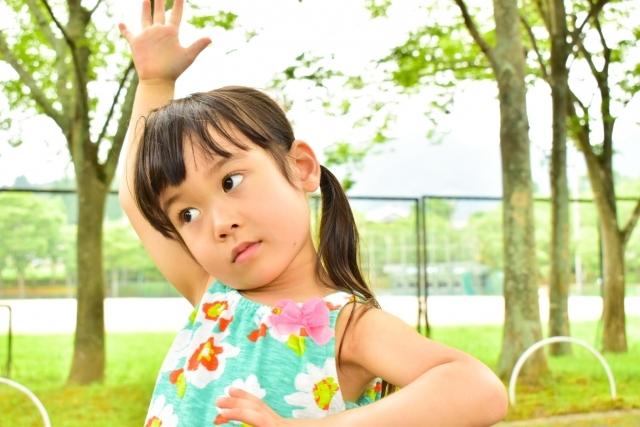 公園でポーズをとる女の子