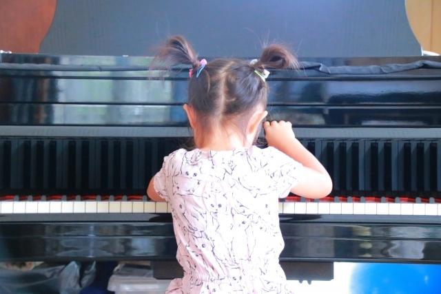 小さい女の子のピアノ練習姿
