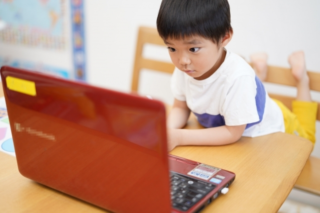プログラミングが楽しくてパソコンにくぎ付けの少年