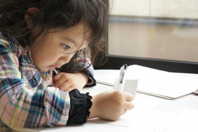 勉強する幼稚園女の子