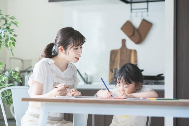 女の子がお母さんとお絵描き