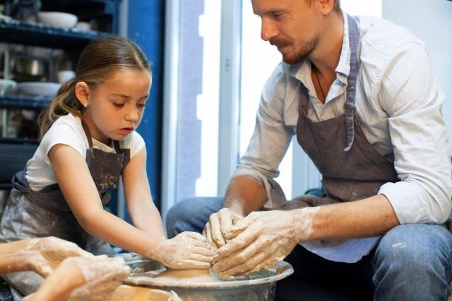 お父さんと美術を楽しむ女の子