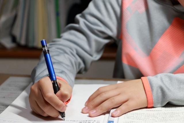 ペンで問題を解く男の子